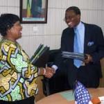 le ministre des affaires étrangères du Bénin et l'Ambassadrice des Usa