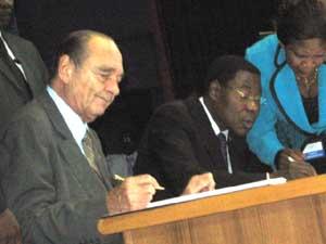 les Présidents Chirac et Yayi signant l'Appel de Cotonou