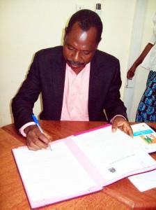 Innocent-Assogba-le-nouveau-Directeur-général-du-Bureau-béninois-du-droit-dauteur-Bubedra-signant-ici-les-documents-qui-linstallent-dans-ses-nouvelles-fonctions