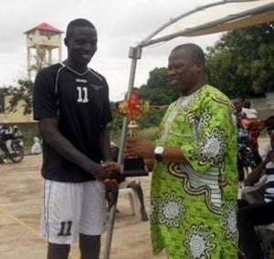 lein de joie, le DES Madjidou Amadou (à droite) soutient l'initiative de Ali Yaro, chargé de mission du ministre des sports, promoteur du tournoi
