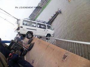 Les grues de la gendarmerie ont permis de remonter le mini-bus plongé