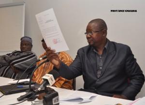Le président de la commission électorale présente ici le papier qui atteste que le casier judiciaire est faux