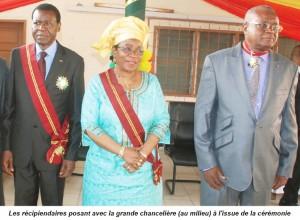 Les récipiendaires posant avec la grande chancelière (au milieu) à l'issue de la cérémonie