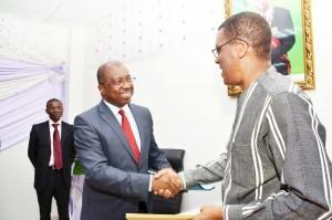 L'ex-Premier ministre Koupaki et le ministre Dossou hier à la passation de service