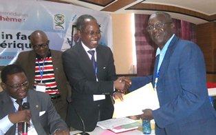 Le professeur Agboton remettant l'attestation de participation