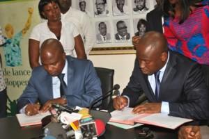 Les ministres Safiou Afoo et Oswald Homeky apposant leurs signature