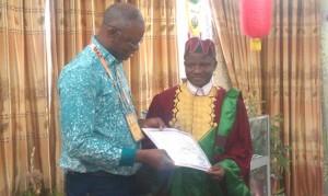 remise d'attestation au lauréat par le Recteur Brivce Sinsin....