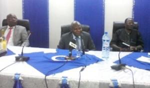 Karimou Salimane (au centre), face aux journalistes